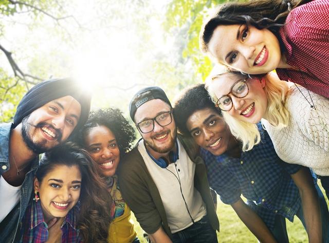 Un groupe de jeunes d'origines diverses qui sourient